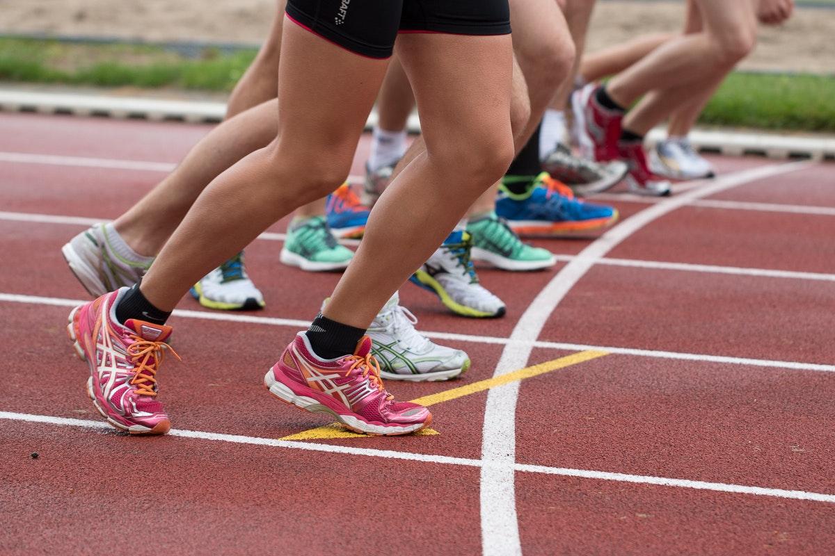 Sport Athleten auf der Aschebahn